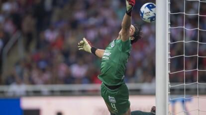 Así voló José Antonio Rodríguez pero no pudo evitar el golazo de Adrián Aldrete, mismo que significó la victoria de Cruz Azul 1-2 ante Chivas.