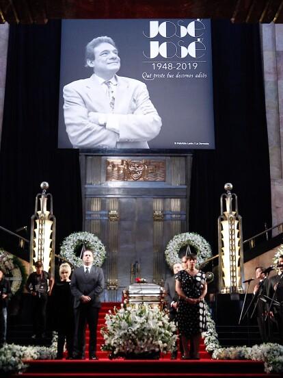 Entre flores, pancartas, aplausos y gritos, los mexicanos se despidieron de José José en el Palacio de Bellas Artes.