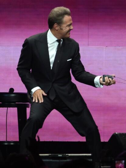 El cantante Luis Miguel se entrega a su público en Anaheim, California, ante más de 18 mil almas, como parte de su gira México por siempre'.