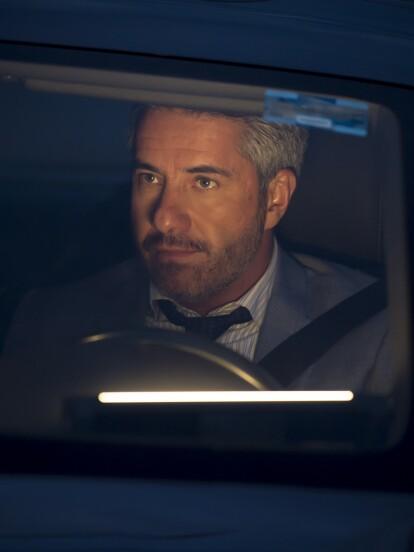 """En """"Por amar sin ley"""", Alan (Moisés Arizmendi) espera de noche al licenciado Téllez (Eugenio Cobo) para arreglar cuenta ya que el último ha vuelto a chantajearlo con tal de no revelar que mató a Patricia."""