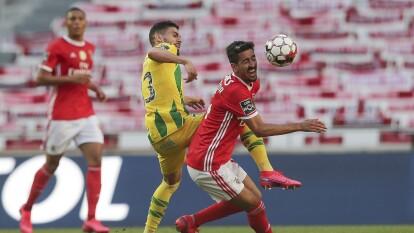Yohan Tavares juega el balón con demasiada fuerza y se lleva de lleno al jugador del Benfica Andre Almeida.
