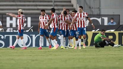 Con goles de José Macías y Jesús Angulo, las Chivas consiguen unos valiosos tres puntos en la frontera.
