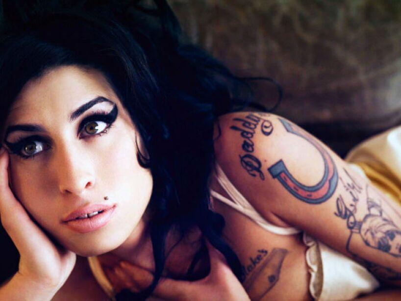 9. Amy Winehouse: A los 27 años, fue hallada muerta en su depa en Londres en 2011, por ingesta excesiva de alcohol.