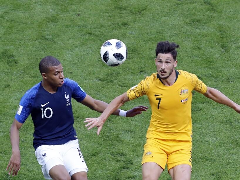 Kylian Mbappe y Mathew Leckie disputan el balón