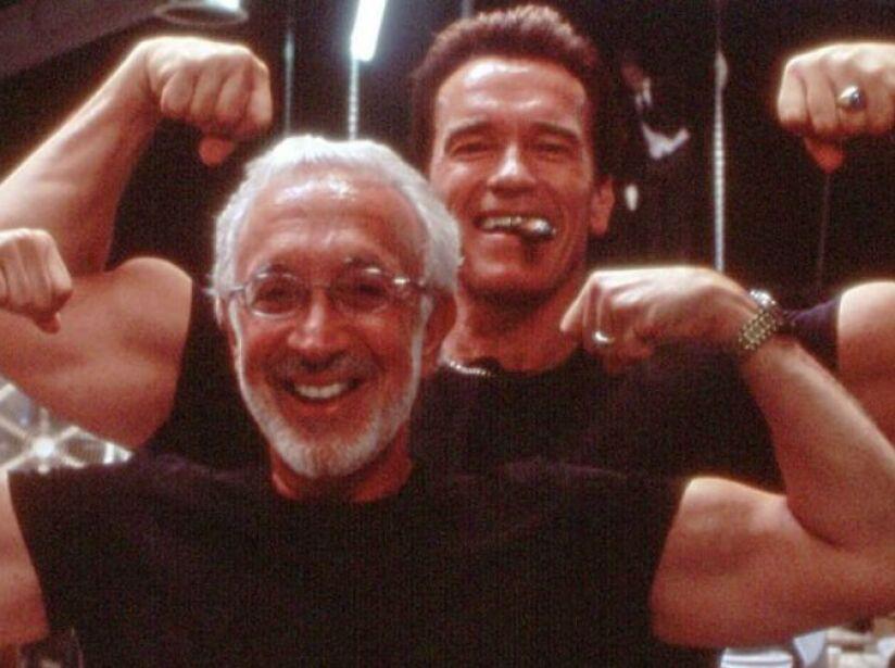 ¿Quién está más fuerte? Stan posa junto a Arnold Schwarzenegger durante la filmación de Terminator 2.