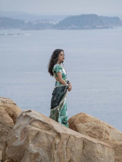 """En """"Te Acuerdas de Mí"""", 'Vera' llega a Huatulco acompañada de su hijo 'Nico'. En un momento del día, 'Vera' disfruta de la brisa del mar."""