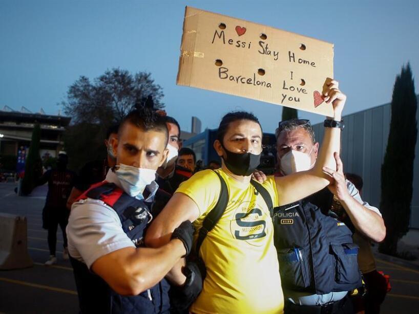 Aficionados del BArcelona afuera del Camp Nou (EFE) (3).jpg