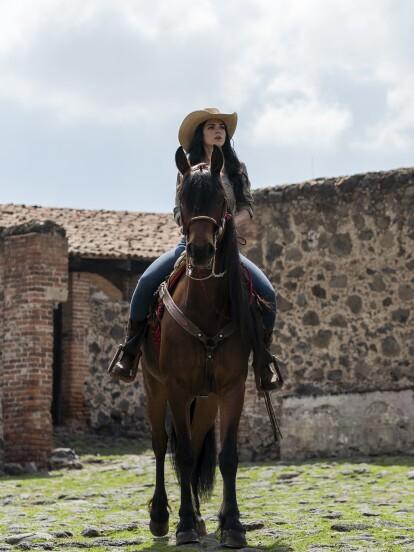 """En """"La Desalmada"""", 'Fernanda' (Livia Brito) cabalga por el rancho cuando ve a 'Rafael' a lo lejos."""