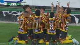 ¡Go-la-zo! Daniel Amador techa al portero y anota el 1-0 de Leones Negros