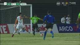 ¡Le arrebatan un golazo a Marco Fabián! Camilo Vargas se impone