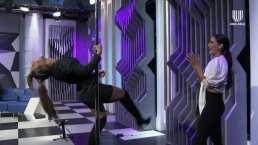 María León le enseña a Ximena Córdoba pasos básicos para hacer pole dance