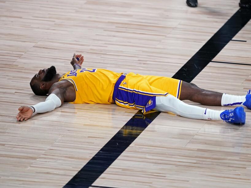 LeBron James tirado en la duela