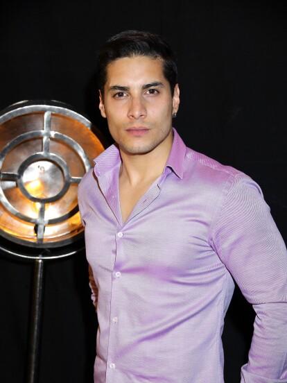 Manuel Alejandro Gutiérrez Perea nació en la Ciudad de México el 27 de septiembre de 1989. Es el hermano menor de la actriz Danny Perea, reconocida por su papel de 'Alejandra López Pérez' en la serie 'Vecinos'.