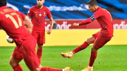 Cristiano Ronaldo anota el tanto número 100 con la selección de Portugal.