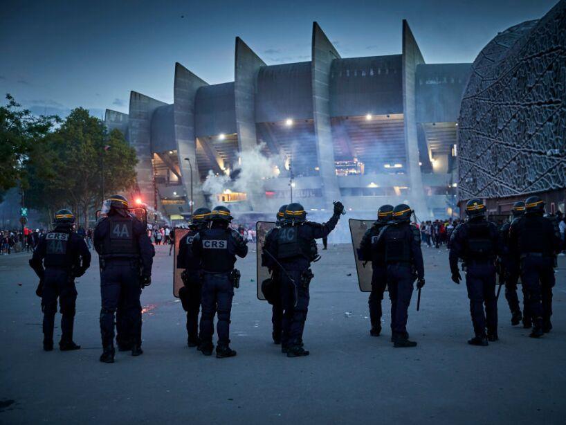 Policías disturbios en París
