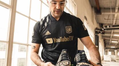 El actor y aficionado mexicano del conjunto angelino es la imagen del nuevo producto del equipo de Los Ángeles.