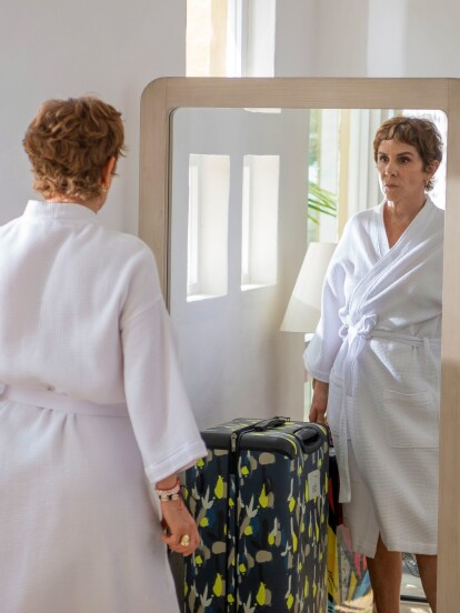 """Desde su estreno, """"Te Acuerdas de Mí"""" ha contado con impactantes escenas que nos erizan la piel. La semana pasada no fue la excepción. 'Antonia', la madre de 'Vera', se sorprendió al ver a 'Fausto' en su casa."""