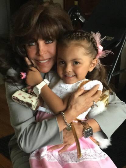 En la última gala de 'Pequeños gigantes', Verónica Castro fue sorprendida por su nieta Rafaela, quien viajó desde Colombia para interpretar el tema 'Mi bien amada y yo'.