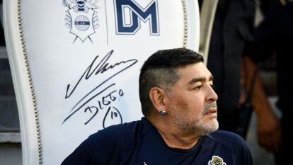 Diego Armando Maradon regresó al futbol argentino para dirigir a Gimnasia La Plata, causando el furor de la afición en todas las canchas que visita. Te dejamos algunas postales del 10 por los estadios de la Superliga.