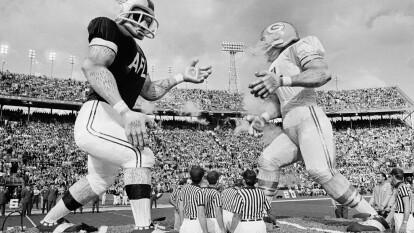 Miami, en diferentes estadios, ha sido sede de la fiesta más grande del deporte en Estados Unidos. La historia comienza con el Super Bowl II, fue el año de 1968 en el Orange Bowl Stadium, donde los Green Bay Packers se impusieron ante Oakland Raiders 33-14. El MVP fue B. Starr.