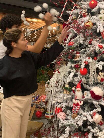 Junto a su hija María Itatí y uno de los gemelos que procreó con Eduardo Santamarina, Itatí Cantoral causó revuelo en redes sociales al mostrar algunos rincones de su elegante casa y presumir el enorme árbol de Navidad que colocaron.