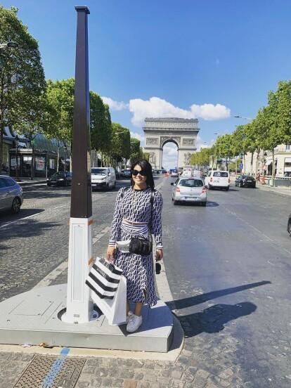 Para festejar su cumpleaños número 25, Gomita viajó el pasado 10 de septiembre a Francia, comenzando su travesía con un outfit de Luxe queen.