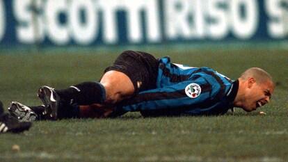 Hace 20 años, Ronaldo se partió el tendón rotuliano de la rodilla derecha en la ida de la final de 'Coppa' contra la Lazio. Estuvo año y medio fuera de las canchas.