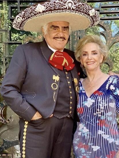 Además de ser una de las voces más famosas de México, Vicente Fernández puede presumir de la gran familia que ha formado junto a su inseparable esposa Cuquita, con quien cumplirá 57 años de matrimonio el próximo 27 de diciembre. Cuatro hijos, más de 10 nietos y tres bisnietos conforman a la gran dinastía Fernández, ¡conócelos!