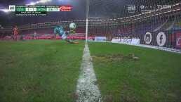 ¡León se salva de perder! Barrida de Barreiro impide gol de Chivas