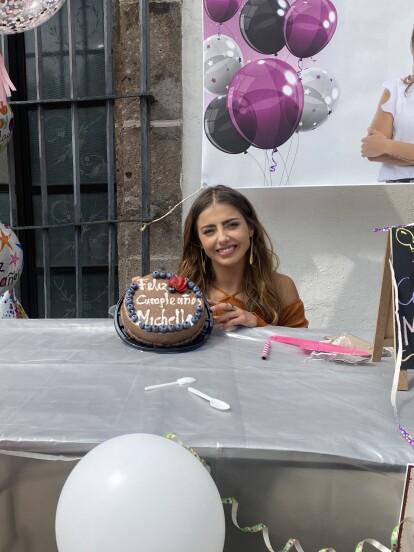 """Michelle Renaud<b> </b>celebró su cumpleaños al lado de sus compañeros de """"Quererlo Todo"""",<b> </b>quienes le organizaron una fiesta sorpresa en una de las locaciones donde se graba la telenovela.<br />"""