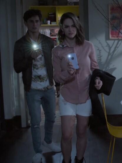 """En el capítulo """"Otra realidad"""" de """"Juntos el corazón nunca se equivoca"""", Aris y Carlota se quedan sin luz y escuchan un ruido en la sala."""