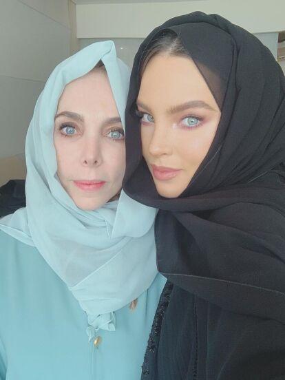 A través de Instagram, Belinda compartió una serie de fotografías que prueban el gran parecido físico que tiene con su madre, Belinda Schüll, con quien viajó a Emiratos Árabes Unidos, un país ubicado en la península de Arabia.