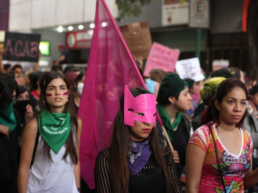 """""""Las paredes se pintan, pero las mujeres no regresan""""; con estas insignias, feministas marcharon en la CDMX"""