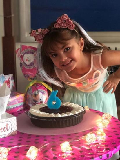 Rafaela Castro presumió su cumpleaños número 6 con un posteo en Instagram donde se aprecia frente a un pastel y rodeada de regalos.