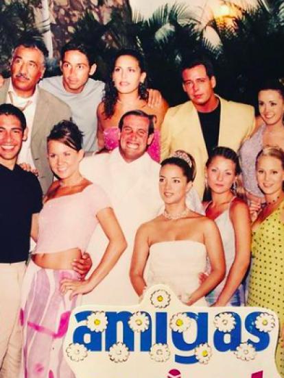 'Amigas y Rivales' fue una telenovela juvenil producida por Emilio Larrosa para Televisa en el año 2001. De esta, surgirían grandes estrellas como Michelle Vieth, Angélica Vale, Ludwika Paleta, Adamari López, Manuela Imaz y Marisol Mijares, por mencionar solo algunas.
