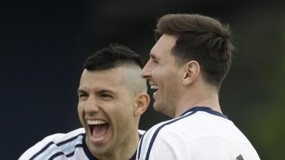 La amistad primero que nada. Sergio 'el Kun' Agüero y Leo Messi son amigos inseparables, se cuentan todo, comparten muchas cosas y siempre están al pendiente el uno del otro. Por ello 'el Kun' le desea los buenos días al 10 del Barça y le llama en la noche para ver cómo está.<br />