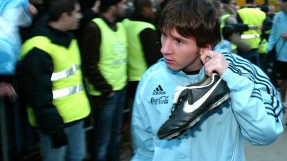 Lionel Messi tenía 17 años, tres meses y 22 días cuando debutó en partido oficial con el Barcelona.