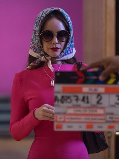 Camila Sodi lista para grabar la escena en la que 'Rubí', queriendo pasar desapercibida, visita a 'Lucas', el zar de la moda.