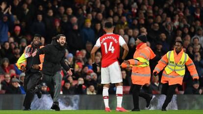 Un estpontáneo invadió el campo del Arsenal en pleno partido.