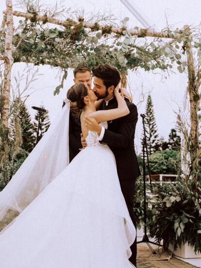 Evaluna y Camilo tienen una hermosa relación de pareja, convirtiéndose en una de las relaciones más queridas por el público gracias a su autenticidad, sensibilidad y cercanía. A continuación, te contamos en imágenes esta historia de amor.