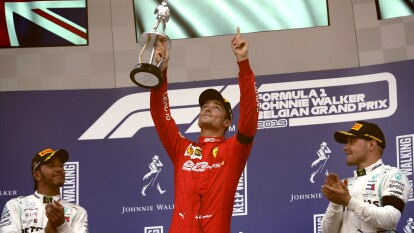 Charles Leclerc de Monaco levanta su trofeo.