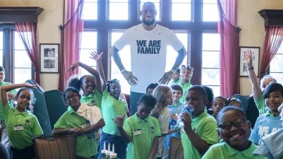 LeBron James además de ser una estrella del basketball, también tiene su propia fundación 'I Promise School', simplemente en el 2015 donó 41 millones de dólares para enviar a niños de escasos recursos a la universidad.