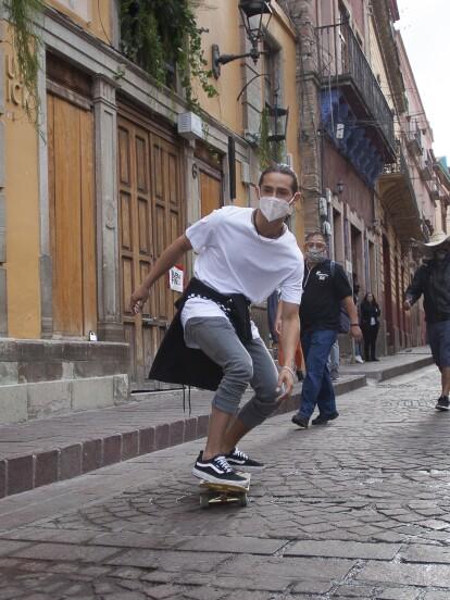 En el primer capítulo de 'Qué le pasa a mi familia?', 'Lalo', personaje interpretado por Emilio Osorio, demuestra sus habilidades en la patineta (y sus fans enloquecieron en redes sociales).