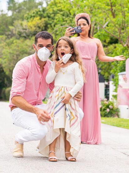 Además del recorrido en yate que hizo junto a su familia, como festejo de cumpleños adelantado, Adamari López fue sorprendida por su esposo, Toni Costa, y su hija, Alaïa con una espectacular fiesta, en la que por supuesto, las medidas de higiene y sana distancia fueron respetadas.