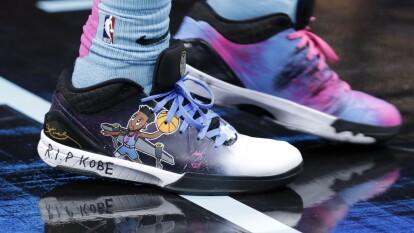 Derrick Jones Jr. luce unos tenis para mostrar su respeto y admiración hacia Kobe Bryant.