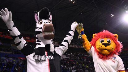 Las mascotas de Juventus y Lyon presentes en el Parc Olympique Lyonnais.