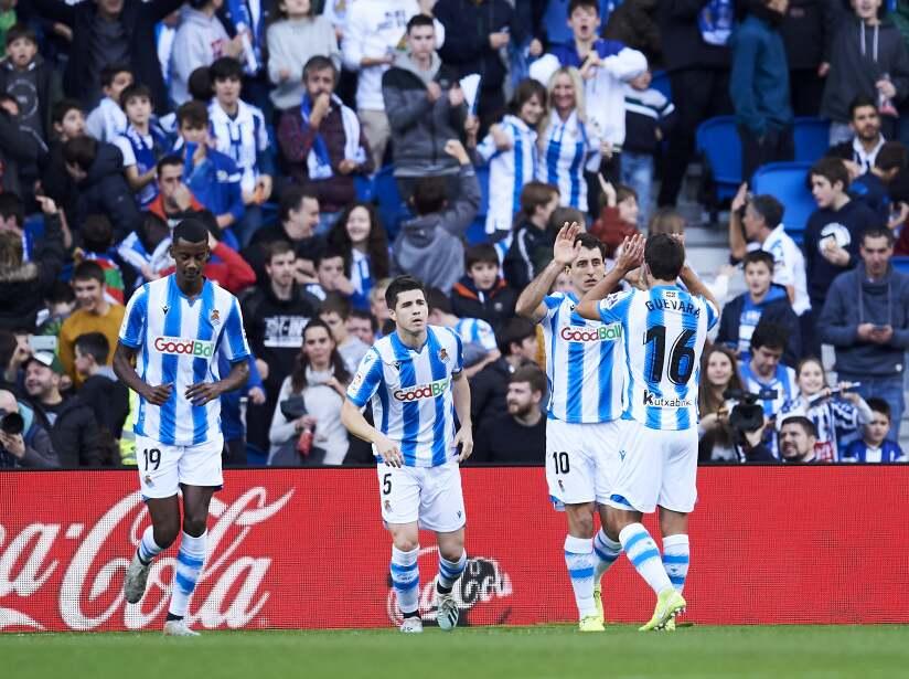 Repartieron puntos en San Sebastián tras igual el marcador a dos goles. Los blaugranas se despegaron un punto de Real Madrid. Mikel (12') abrió el marcador por la vía penal. Griezmann (38') empató y Suárez (49') adelantó a los visitantes. Isak (62') anotó el empate final.