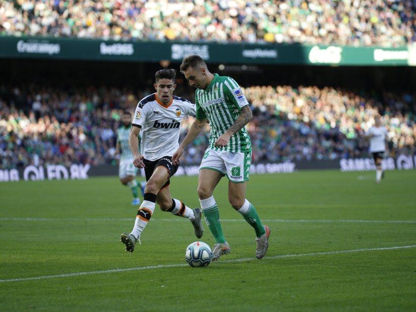 El mexicano mantiene una escasa actividad en La Liga. Después de 14 jornadas ha jugado 54' minutos. Gomez (32') abrió el marcador para Valencia y Joaquín Sánchez (37') emparejó los cartones.