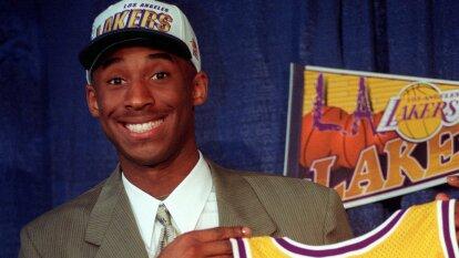 Kobe tenía sólo 18 años cuando debutó en la NBA. Su primer partido fue ante Minnesota Timberwolves; este fue el inicio de su legendaria carrera.