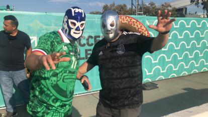 Con máscaras y emoción, llegan los aficionados al Bank of California Stadium para difrutar de la batalla de titanes entre las estrellas de la MLS y de la Liga MX.